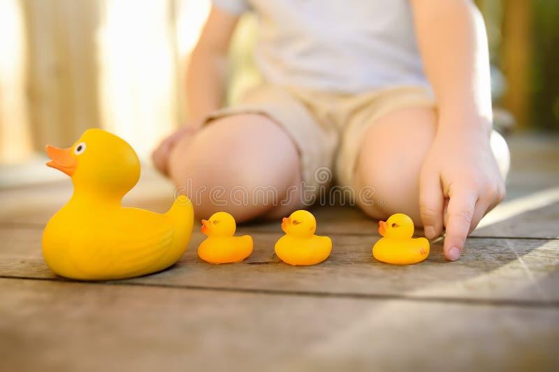 L'enfant d'élève du cours préparatoire apprend à compter avec des canetons de jouet image stock