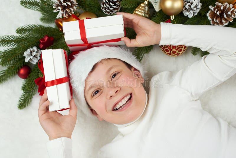 L'enfant de garçon ayant l'amusement avec la décoration de Noël, l'expression de visage et les émotions heureuses, habillées dans image stock