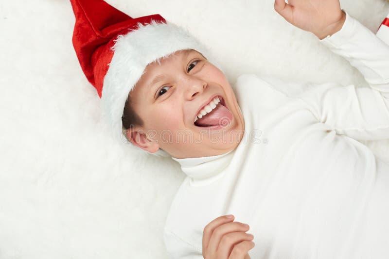 L'enfant de garçon ayant l'amusement avec la décoration de Noël, l'expression de visage et les émotions heureuses, habillées dans photographie stock