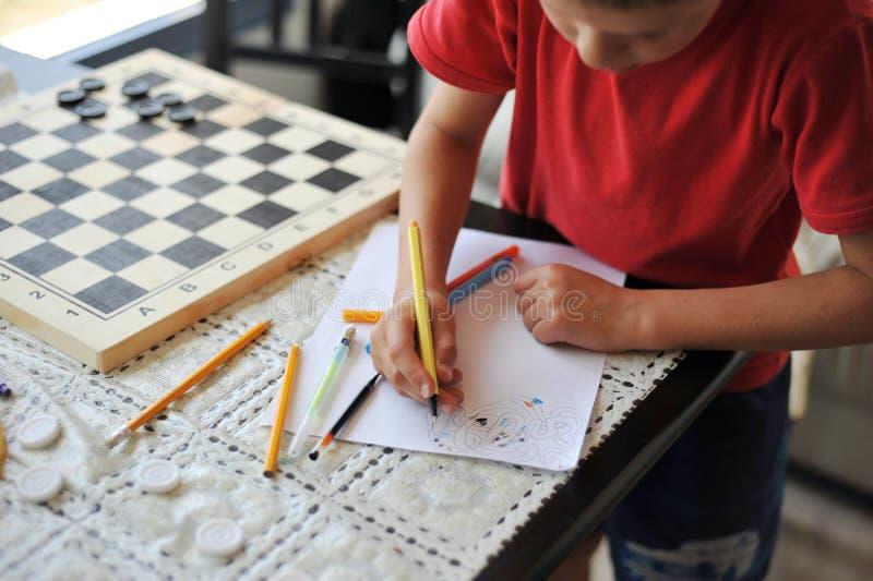 L'enfant dessine image libre de droits