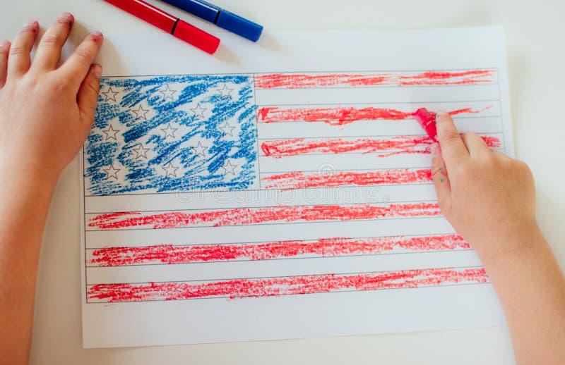 L'enfant dessine le drapeau de l'Am?rique images stock