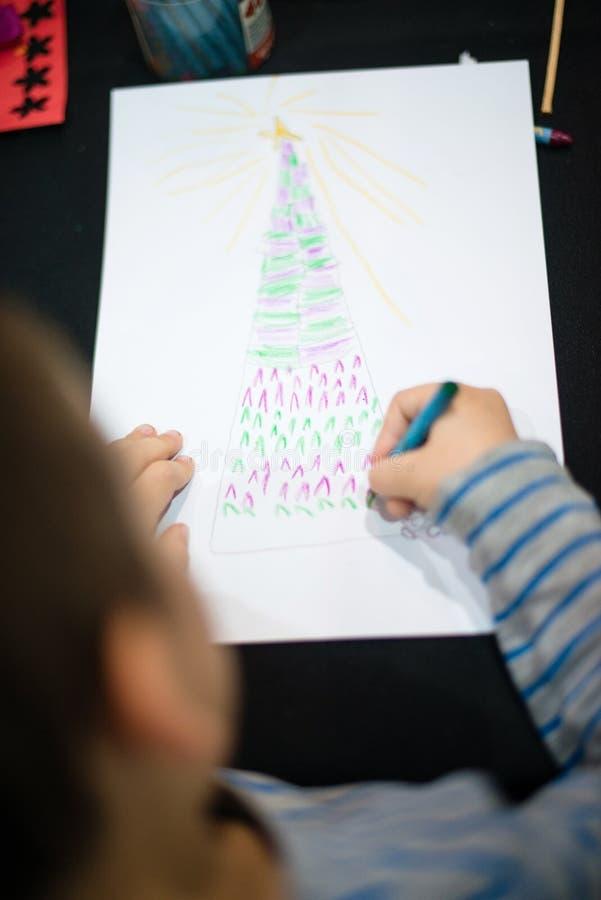 L'enfant dessine un arbre de Noël image libre de droits