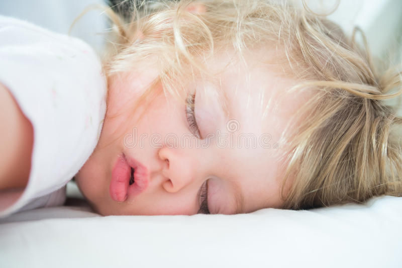 L'enfant dort photos stock