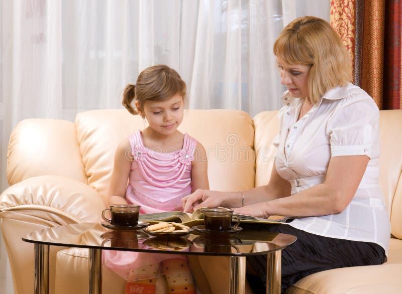 L'enfant et le grand-mère ont affiché le livre images libres de droits