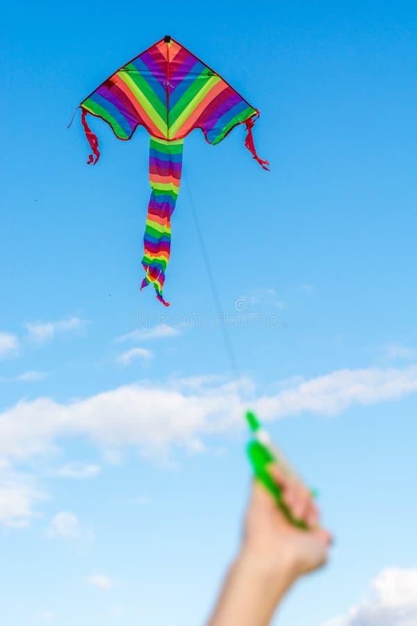 L'enfant fait la hausse de cerf-volant en automne photo stock