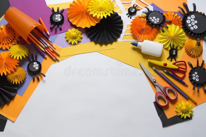 L'enfant fait les araignées noires du papier Classe principale Métiers fabriqués à la main image libre de droits