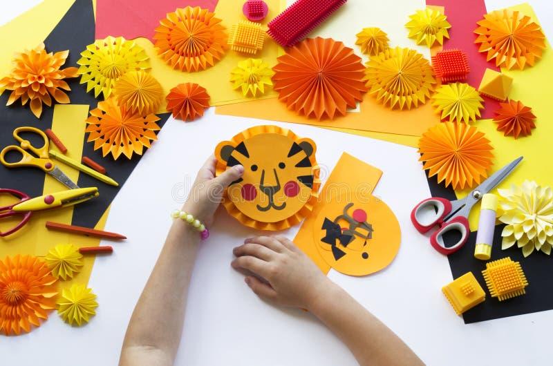 L'enfant fait un papier fabriqué à la main Origami de tigre photo stock