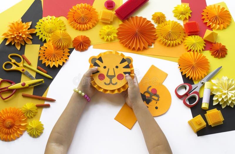 L'enfant fait un papier fabriqué à la main Origami de tigre photos libres de droits