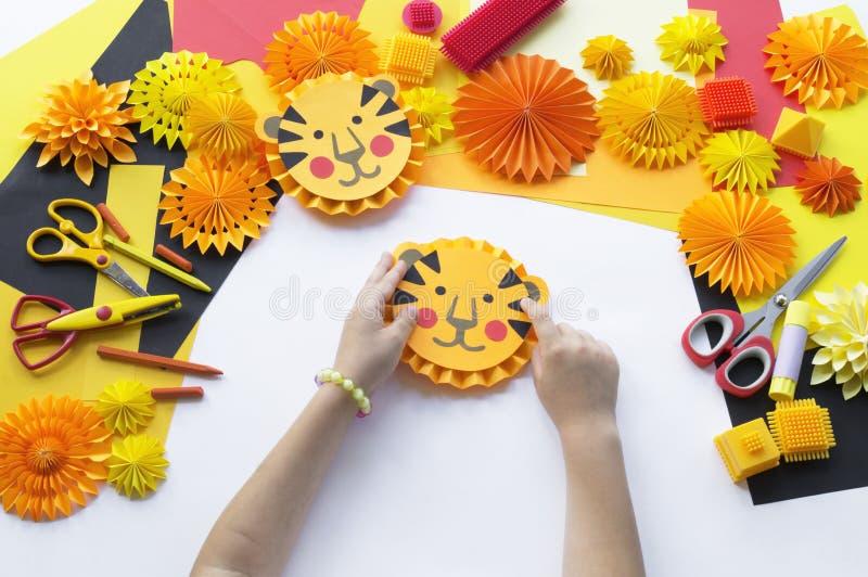 L'enfant fait un papier fabriqué à la main Origami de tigre photographie stock libre de droits