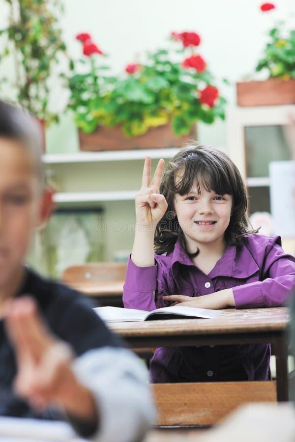L'enfant heureux dans le schoold ont l'amusement et l'apprentissage photo stock