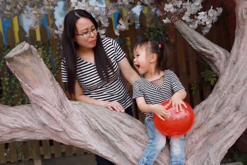 L'enfant heureux de sourire avec la maman de mère et la fille jouent l'été joyeux d'enfance d'activité parentale extérieure de fa photographie stock libre de droits