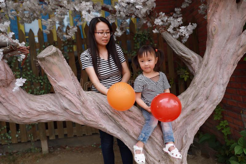 L'enfant heureux de sourire avec la maman de mère et la fille jouent l'été joyeux d'enfance d'activité parentale extérieure de fa photo stock
