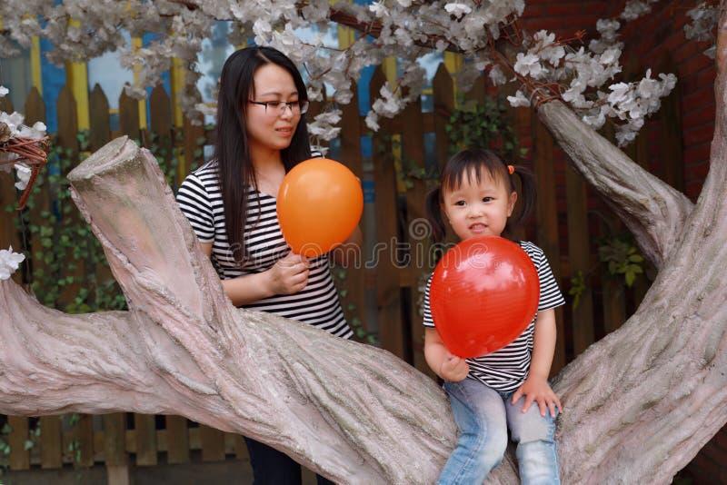 L'enfant heureux de sourire avec la maman de mère et la fille jouent l'été joyeux d'enfance d'activité parentale extérieure de fa images stock