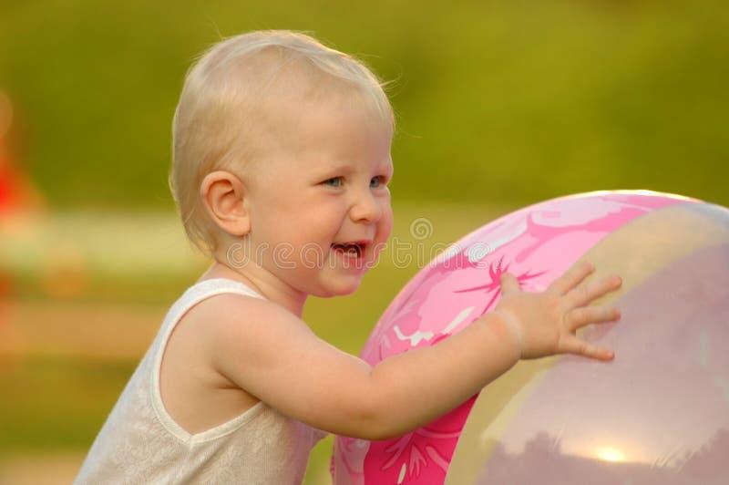 L'enfant heureux retient la bille images libres de droits