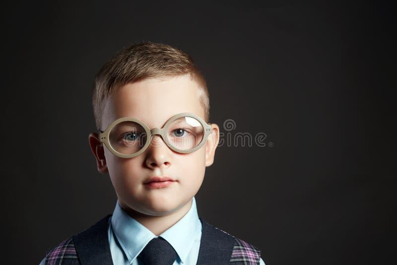 L'enfant intelligent en verres s'approchent du bureau d'école photo libre de droits