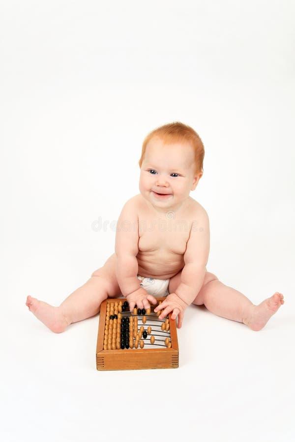L'enfant jouant avec l'abaque images libres de droits
