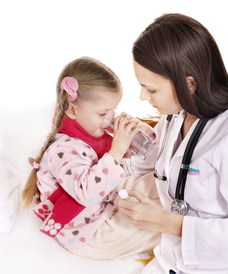 L'enfant malade prennent la médecine. D'isolement. photos libres de droits