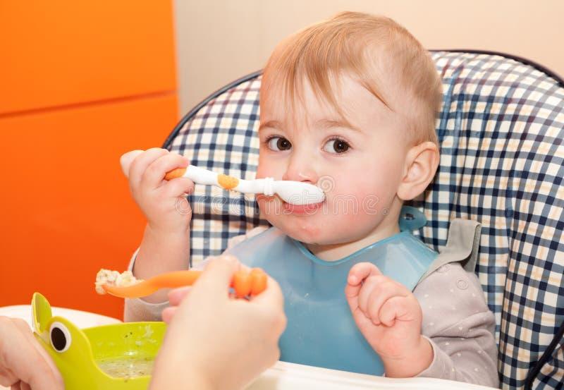 L'enfant mange images libres de droits