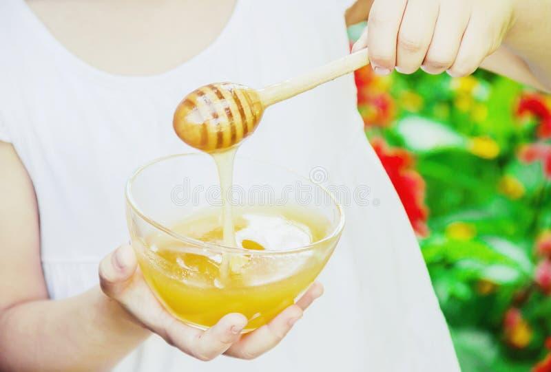 L'enfant mange du miel Foyer s?lectif nature photos libres de droits