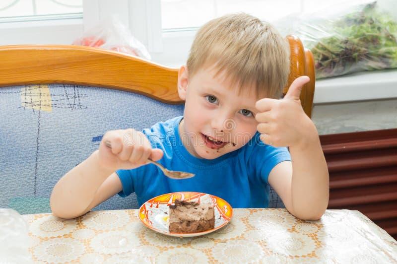 L'enfant mange un dessert images stock