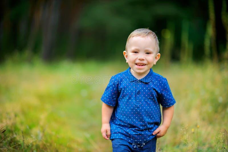 L'enfant marche en beau parc photographie stock libre de droits
