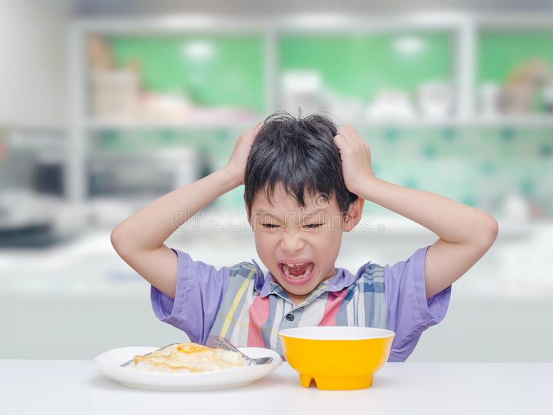 L'enfant mettent le ` t veulent manger de la nourriture pour le déjeuner photographie stock