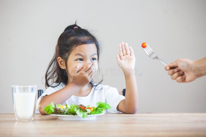 L'enfant n'aime pas manger des légumes et refuser de manger les légumes sains photos libres de droits