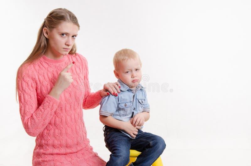 L'enfant ne veut pas écouter mon adieu de mère image libre de droits