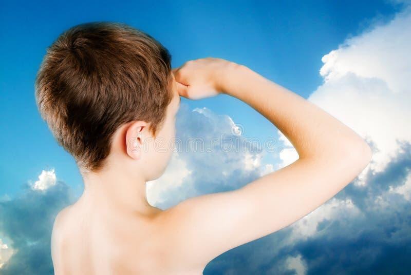 L'enfant observe le ciel agité image libre de droits