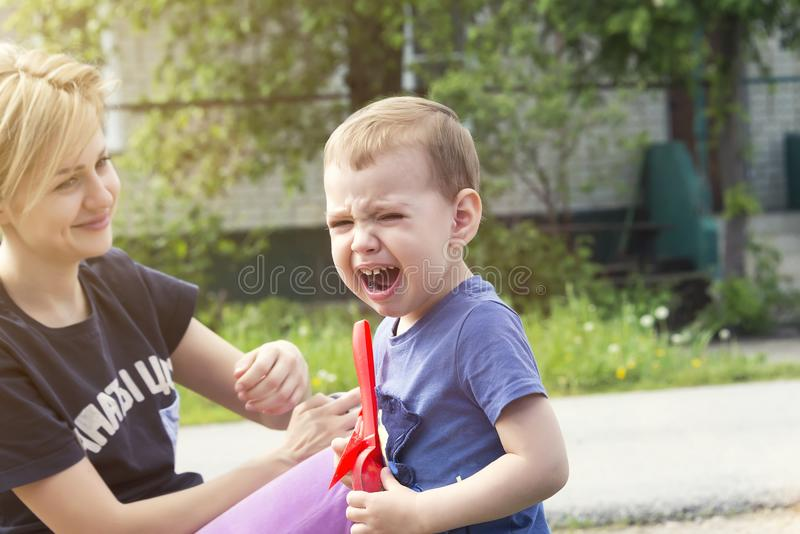 L'enfant pleure de l'insulte images stock