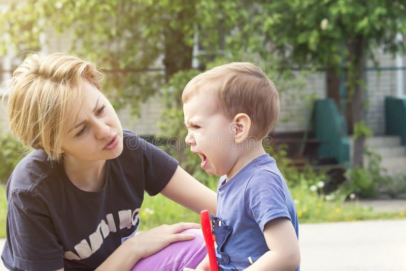 L'enfant pleure de l'insulte photographie stock