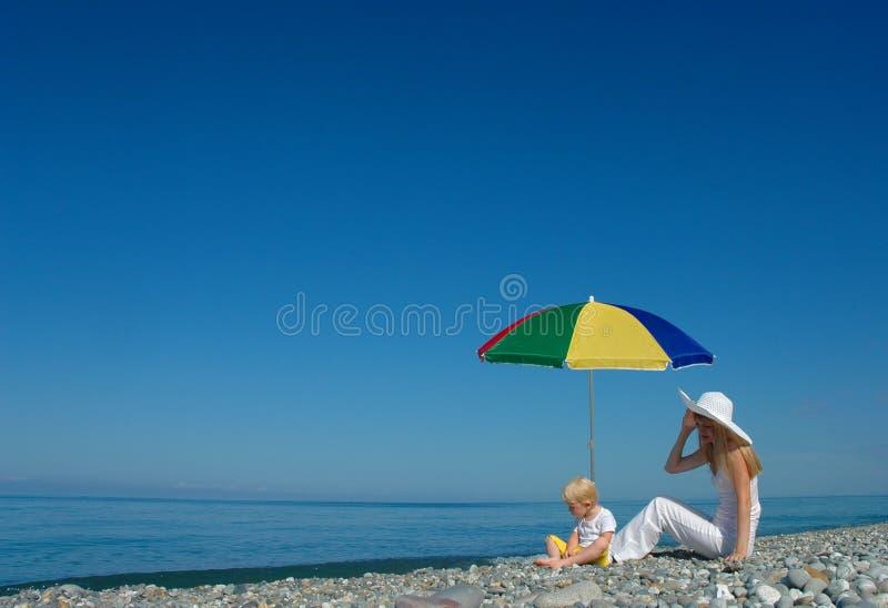 l'enfant reposent le parapluie sous le femme photos stock