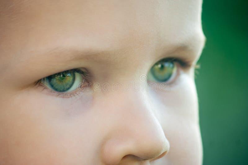 L'enfant représente l'avenir difficile qui l'attend image libre de droits