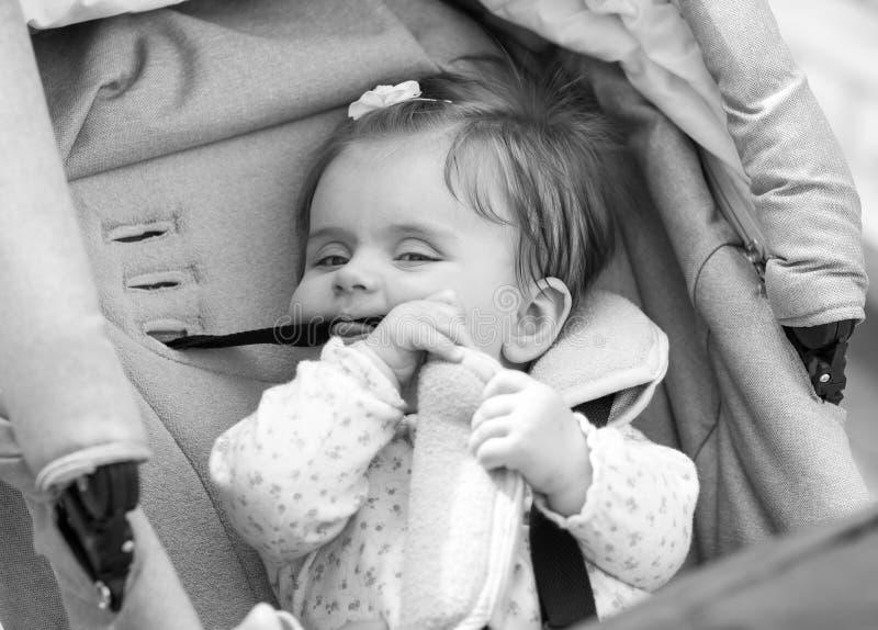 L'enfant s'assied dans un chariot photos stock