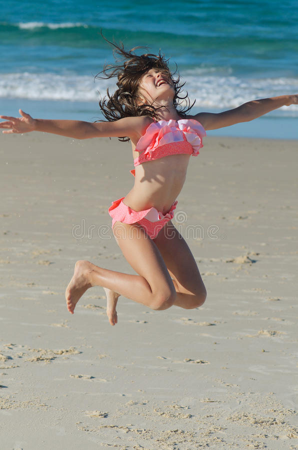 L'enfant sautant pour la joie photographie stock libre de droits
