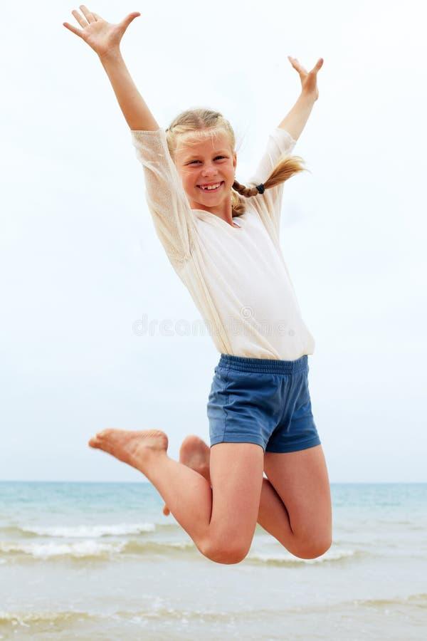 L'enfant saute jusqu'au dessus L'enfant accroche dans le ciel photos stock