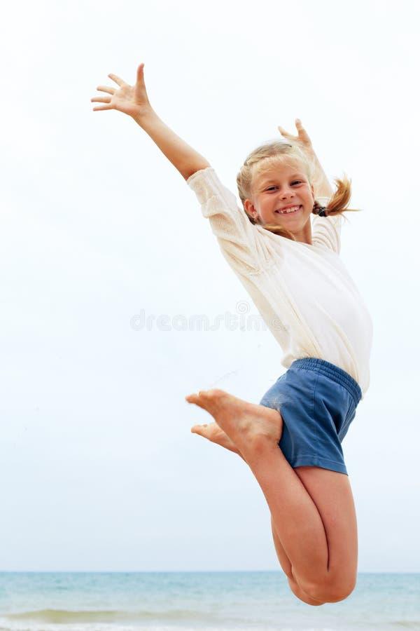 L'enfant saute jusqu'au dessus L'enfant accroche dans le ciel photos libres de droits