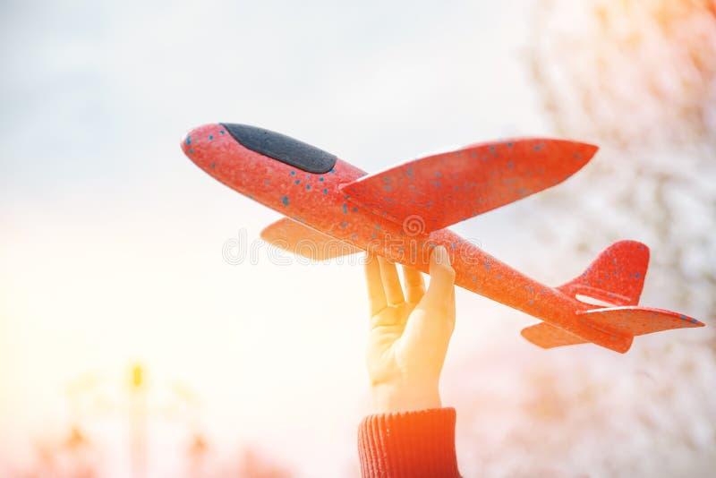 L'enfant tient les avions modèles pour la mousse de planification, lumière de point culminant image libre de droits
