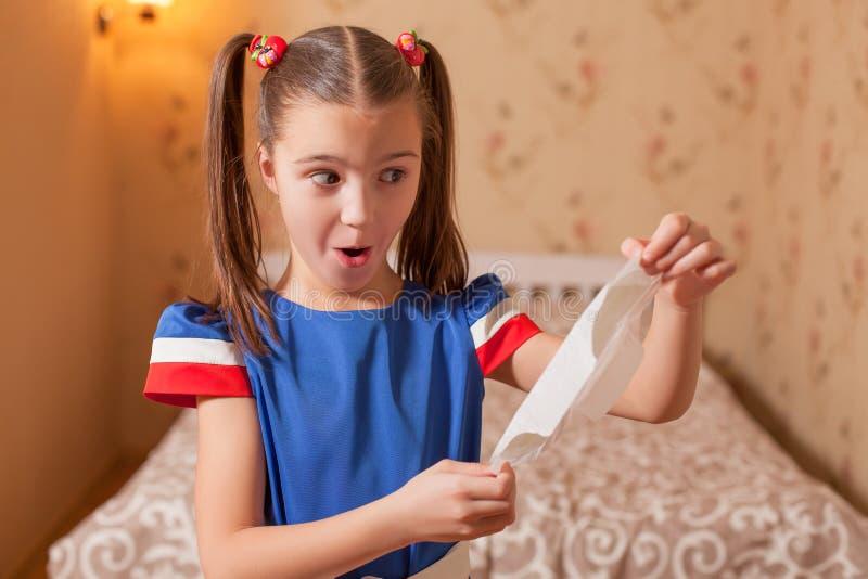 L'enfant a trouvé des revêtements de culotte photos stock