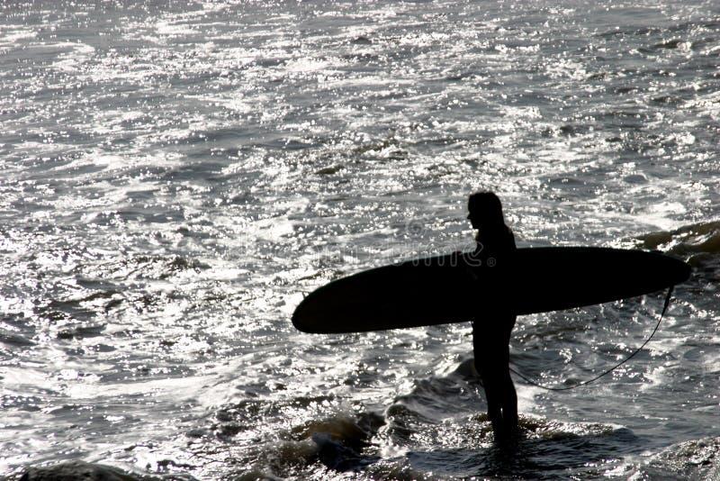 L'enjeu de la fille de surfer images stock