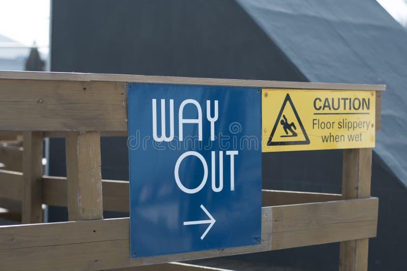 L'enseigne de sortie, panneau d'avertissement image libre de droits