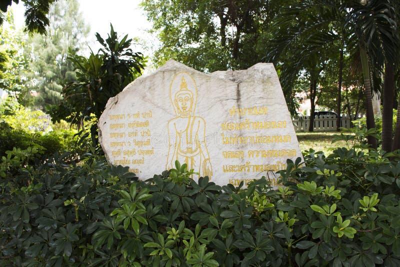 L'enseignement de Bouddha cite sur la pierre de marbre blanche dans le jardin photos libres de droits