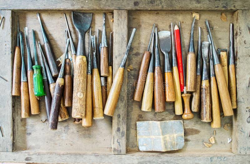 L'ensemble complet utilisé du charpentier Tools pour le bois Handcraft le travail dans la vieille boîte en bois photo libre de droits