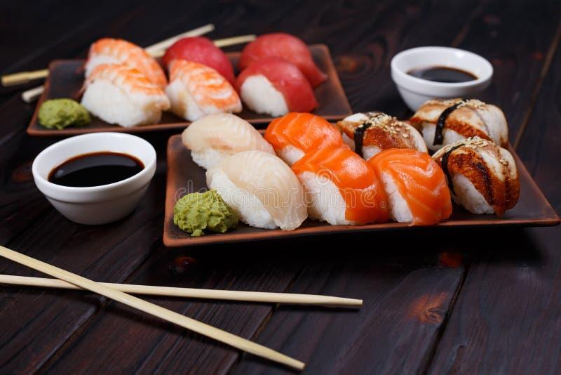 L'ensemble délicieux de sushi de Nigiri a servi avec la sauce de soja traditionnelle photos stock