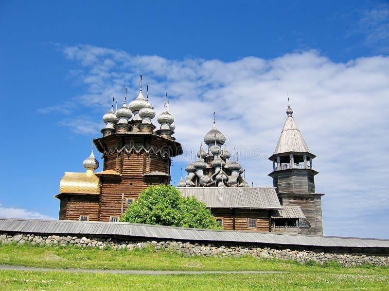 L'ensemble d'architecture en bois en île de Kizhi Transfiguration d'églises et l'intervention de la Vierge images stock