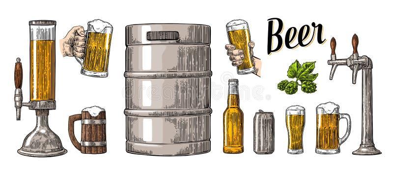 L'ensemble de bière avec deux mains tenant des verres attaquent et tapent, peut, barillet, bouteille illustration libre de droits