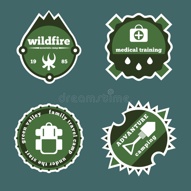 L'ensemble de camping et de logo extérieur d'autocollants d'aventure badges des labels illustration stock
