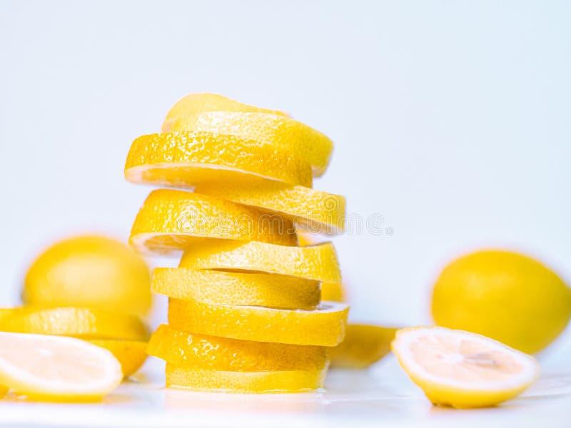 L'ensemble de citrons entiers et cutted sur le fond clair, se ferment vers le haut de la vue Pile des tranches juteuses sur le bu images libres de droits