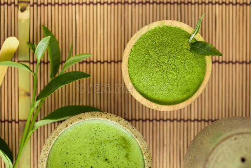 L'ensemble de cuillère en bois de cuvette de poudre de matcha et battent la cérémonie de thé verte organique de Matcha de feuille photographie stock