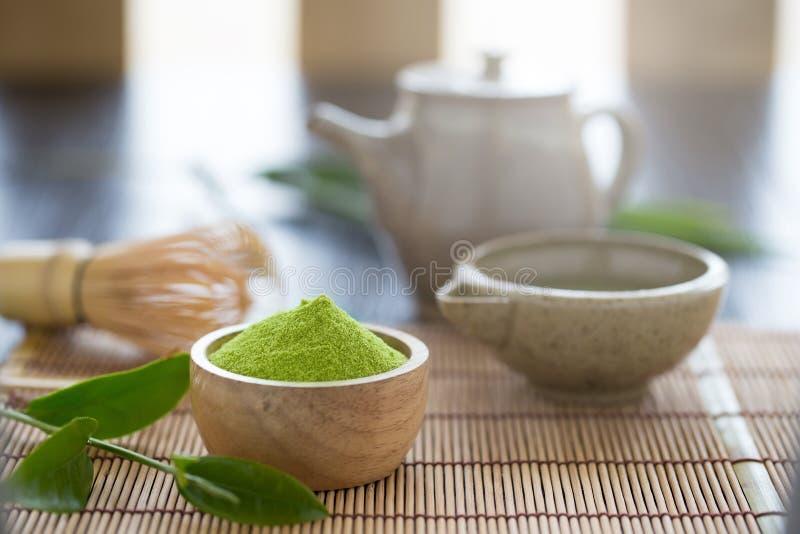 L'ensemble de cuillère en bois de cuvette de poudre de matcha et battent la feuille de thé verte image stock